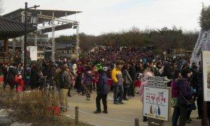 Alcuni coreani in attesa che inizi lo spettacolo