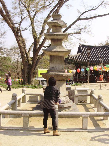 La pagoda del Dop'iansa e una vecchia maledetta che si è infilata nella foto proprio al momento giusto