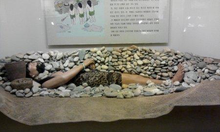 Per capire come si seppellivano i morti all'epoca.